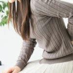 ぎっくり腰腰が痛い女性のイメージ
