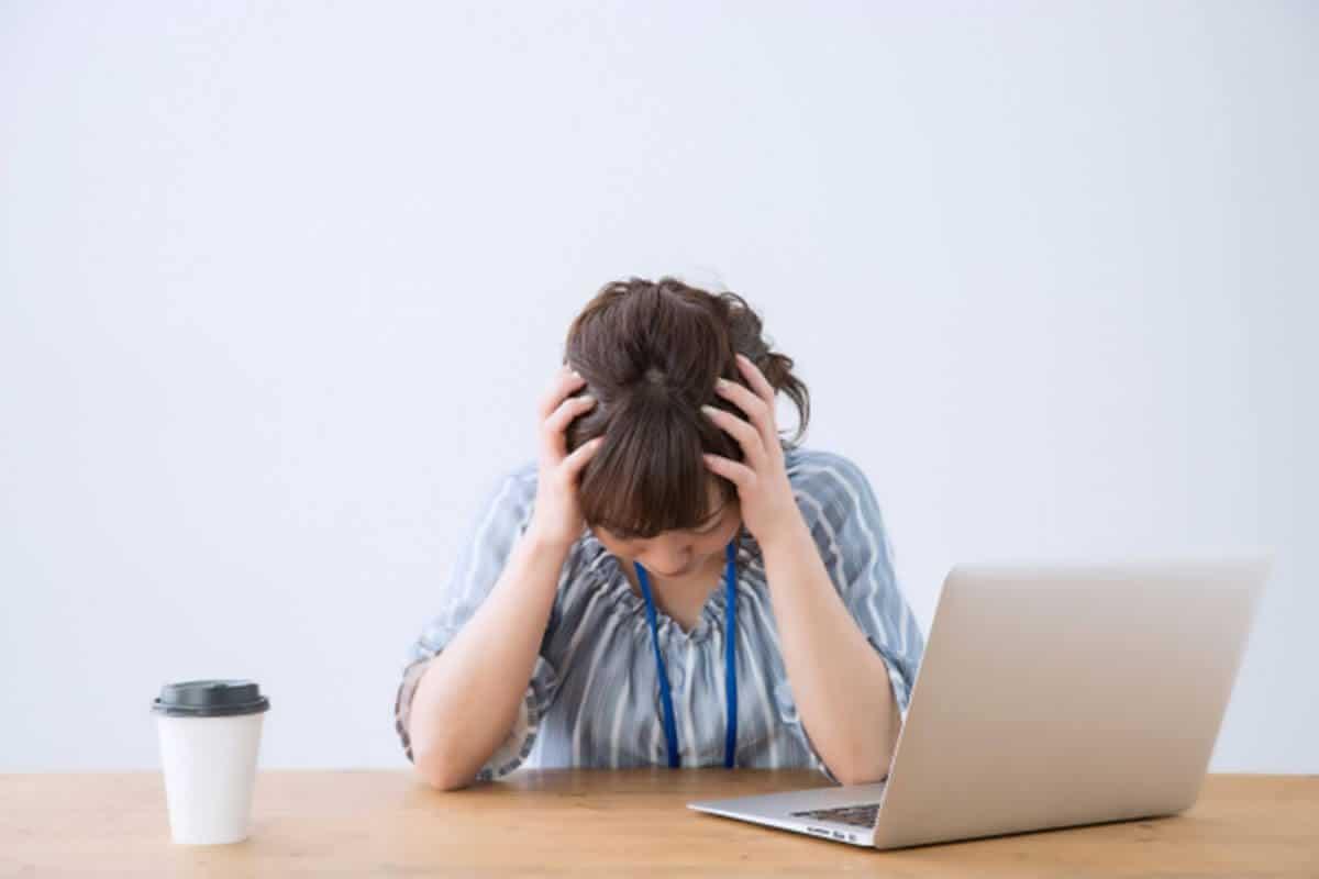 ストレス・片頭痛頭を抱える女性のイメージ