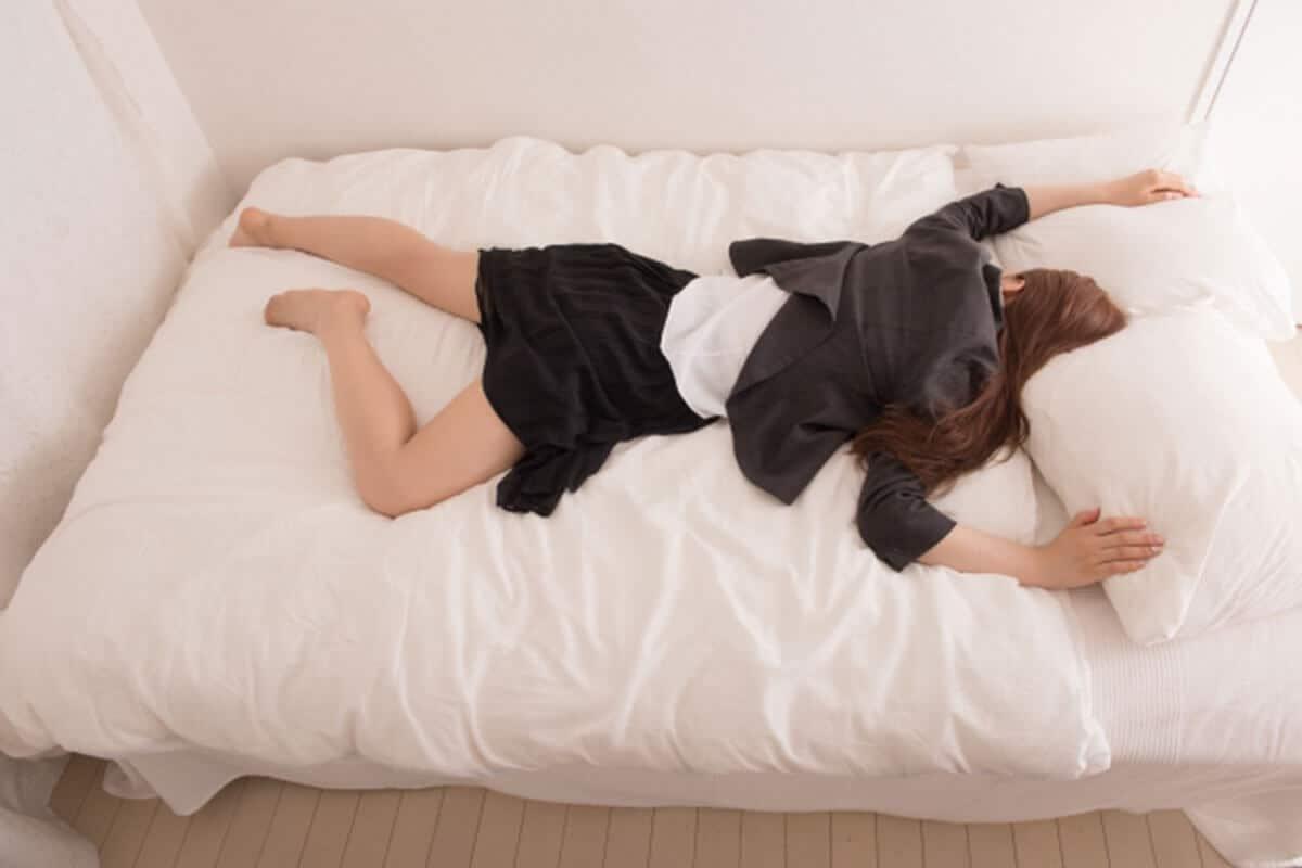 倦怠感・疲れが取れない女性のベッドイメージ