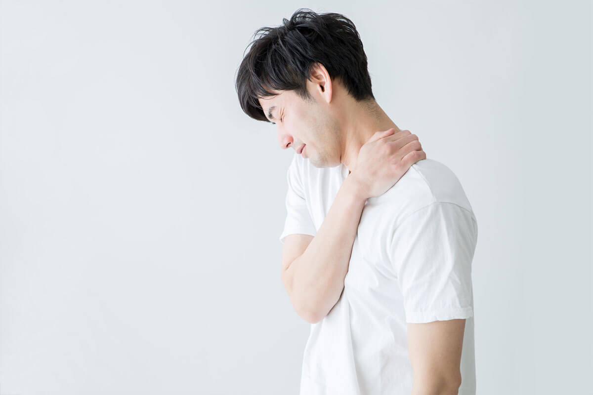 倦怠感・男性肩が痛いイメージ