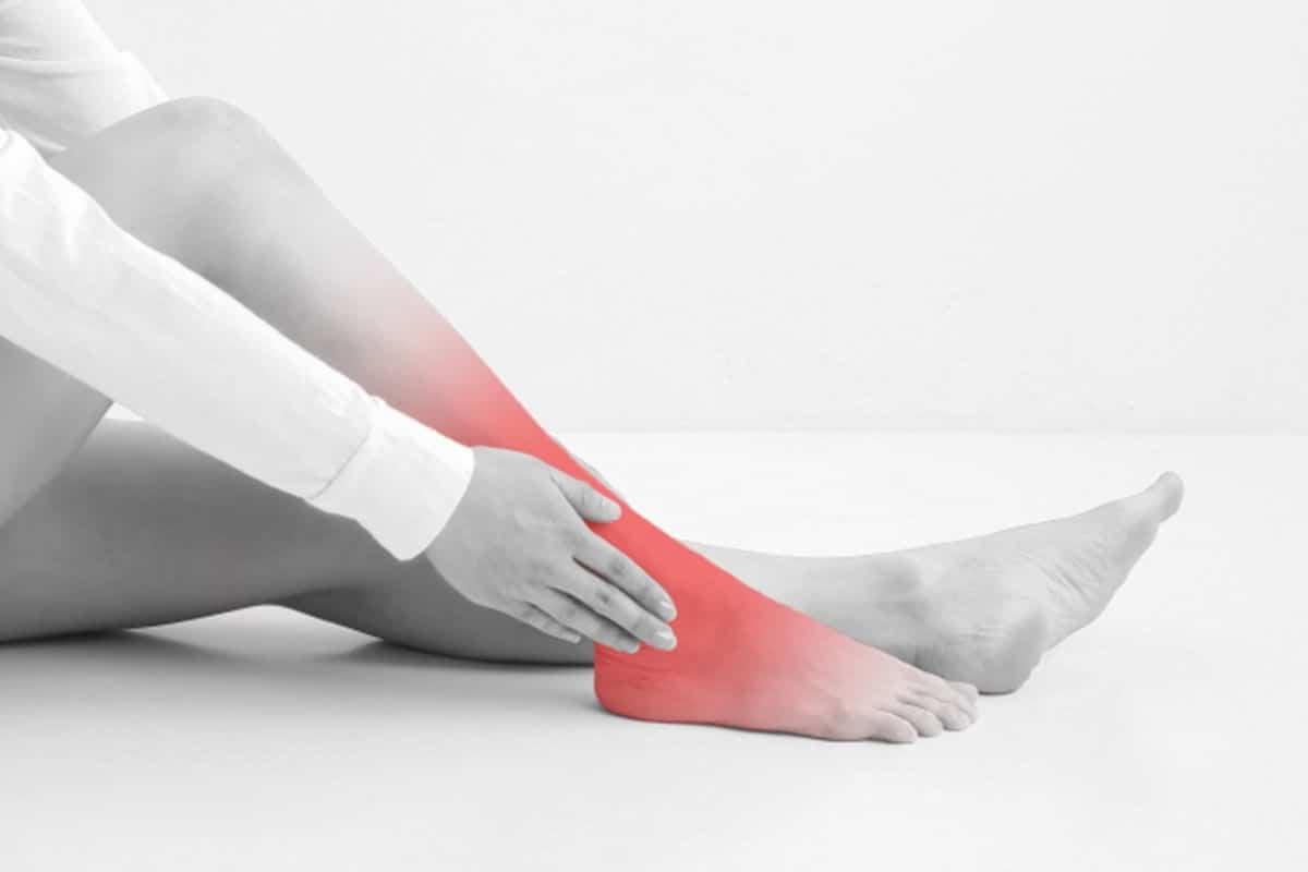痛風で足が痛いイメージ