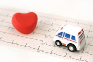 心臓弁膜症と救急車のイメージ